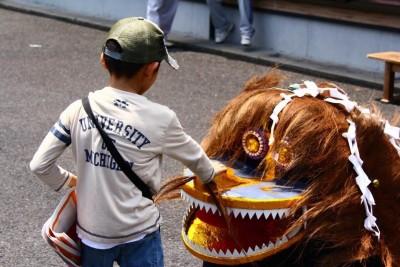 獅子に触れる児童